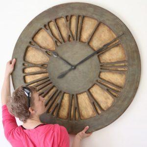 Wanduhr als Hauptattraktion – klassische schäbig-schicke Wanduhr in Übergröße. 100 cm Durchmesser, Gewicht 12 kg
