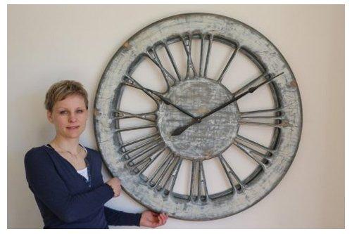 duże zegary ścienne z cyframi rzymskimi