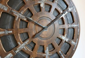 Große und schwere Industrial-Uhr, handgefertigt und mit Metall-Elementen