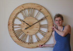 Duży zegar drewniany do salonu