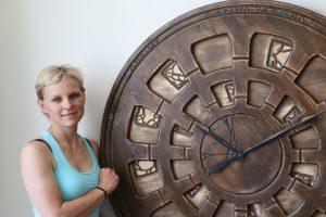 wielki zegar na ścianę w skali