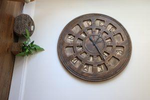 wielki zegar na ścianę w salonie