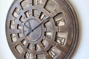 wielki zegar na ścianę z bliska
