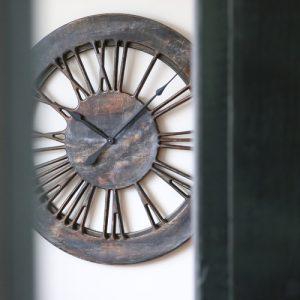 Duży Zegar Nowoczesny z perspektywy