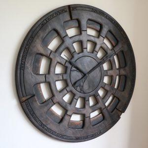 Extra große 48 Zoll, dunkle Kernstück-Wanduhr. Handgefertigt und handbemalt - Holz
