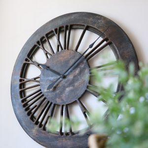 Extra große, zeitgenössische Uhr. Handgefertigte Skelettuhr mit römischen Zahlzeichen. Aus Holz, 100 cm
