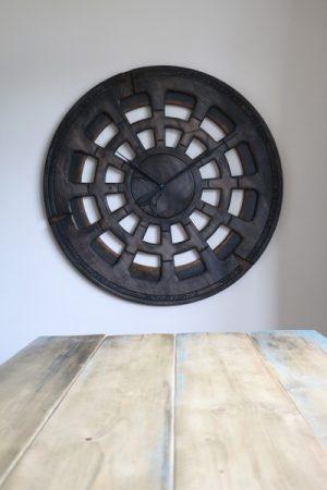 Extra große, handgemachte Kernstück-Wanduhr, über dem Esstisch ausgestellt