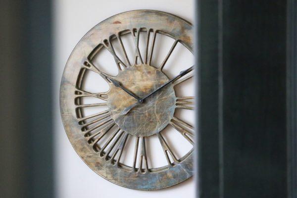 Duży nowoczesny zegar ścienny z cyframi rzymskimi