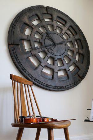 Riesige, handgefertigte, antike Statement-Wanduhr - Holz 120 cm