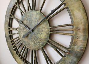 Extra große, hölzerne Wanduhr mit römischen Zahlzeichen, Modernes künstlerisches Zifferblatt in Grün. Die Uhr wurde im VK handgefertigt und handbemalt.