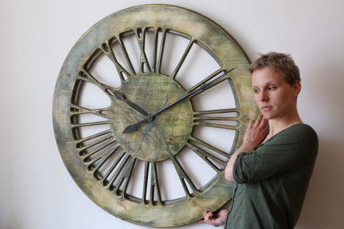 Sehr große, moderne Wanduhr. 100 cm Durchmesser. Handgefertigte Uhr zur Heimdekoration, die römische Ziffern mit künstlerischem grünen Zifferblatt zeigt.