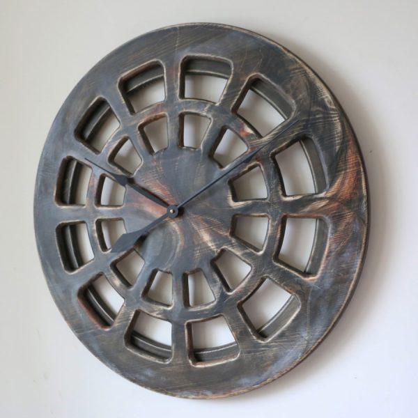 Große, hölzerne, künstlerisch handbemalte Wanduhr - 75 cm Durchmesser, Statement-Design in Holz. Ansicht von rechts.