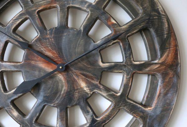 Vergrößerung der großen, handgefertigten & künstlerisch bemalten Wanduhr mit 75 cm Durchmesser, Statement-Design aus Holz.