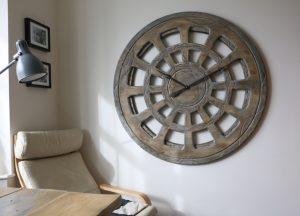 Beeindruckende, 120 cm große hölzerne Wanduhr in einem Design, das selbst die höchsten Ansprüche zufriedenstellen wird.