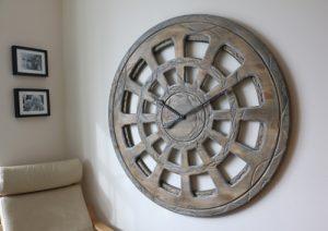 Zeitgenössische, von Hand gefertigte Wanduhr mit 120 cm Durchmesser und mit weltweit einzigartiger Gestaltung des Zifferblatts.