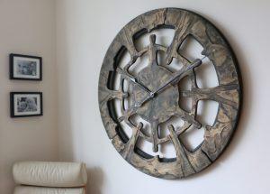 Riesengroße handgefertigte Wanduhr aus Holz, Ansicht von rechts