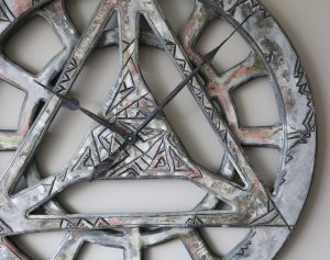 Extragroße geometrische von Hand und aus Holz gefertigte Wanduhr im Shabby Chic - Detail