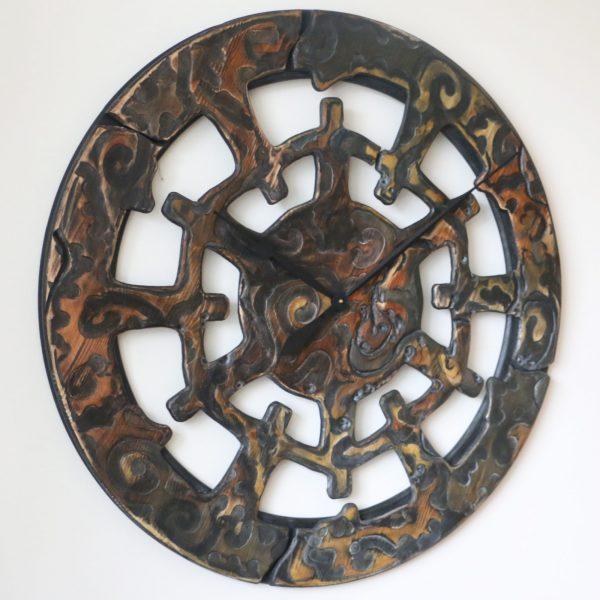 40 Zoll große von Hand gefertigte und bemalte Wanduhr aus Holz mit ethnischen Elementen - Ansicht von links
