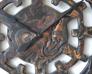 Extravagante Wanduhr aus Massivholz mit durch ethnisch inspirierten Elementen - Zoom auf Zifferblattdetails