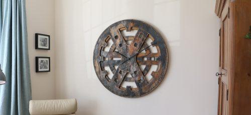 Drewniany Zegar Industrialny w Salonie