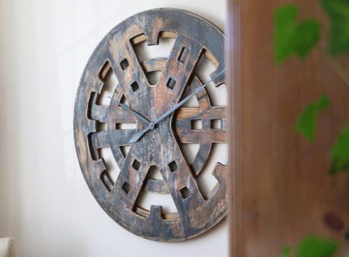 Drewniany Zegar Industrialny z perspektywy