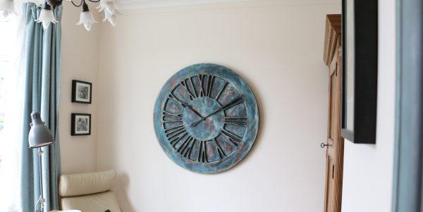 Künstlerische, übergroße, handgemachte Wanduhr mit römischen Ziffern. Wenn Sie auf der Suche nach anspruchsvoller Wanddekor für Ihre Küche oder Ihr Wohnzimmer sind, könnte diese wundervolle Uhr etwas für Sie sein