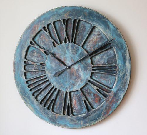 Künstlerische, handgefertigte Wanduhr mit römischen Ziffern in Übergröße - Mitternachts-Blues - Rechts