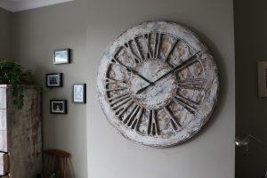 Przepiękne rękodzieło - Biały Zegar Na Ścianę w Stylu Chabby Chic. Cyfry Rzymskie wykonany z drewna