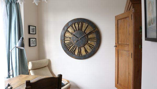 Duży zegar ozdobny na ścianę ze złotym tłem