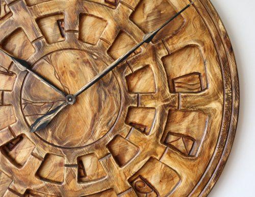 Wanduhr aus Holz für die Lounge