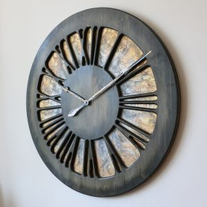 Eine Künstler-Wanduhr aus Holz