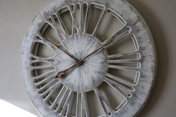 Weiße Wanduhr, von Hand gefertigt