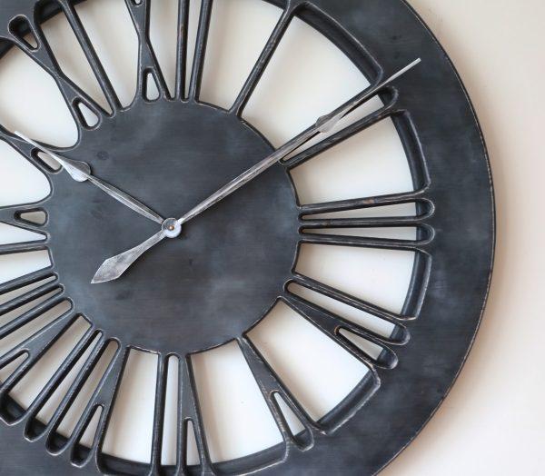 szary zegar ze srebrnymi wskazówkami
