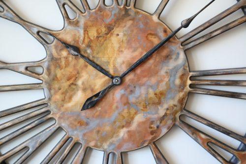 Duży zegar ścienny z cyframi rzymskimi